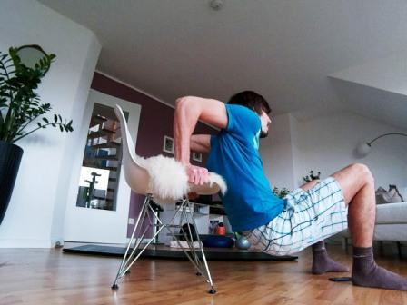 Oberkörpertraining ohne Geräte mit Dips auf einem Stuhl