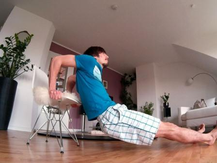Oberkörpertraining ohne Geräte - Dips auf einem Stuhl