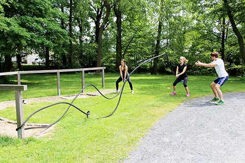 Personal Rückentraining Bonn - Functional Training in der Natur mit Minibands