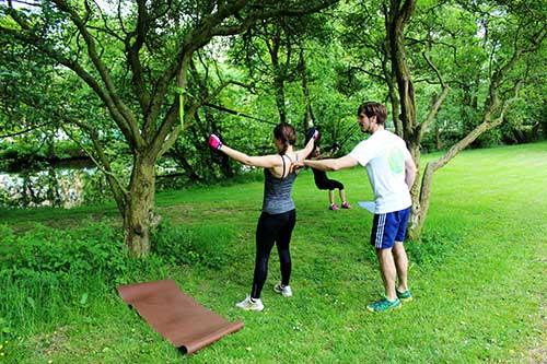Personal Rückentraining Bonn - Functional Training in der Natur mit Schlingentrainer