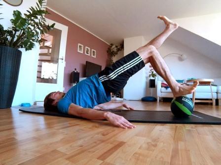 Hintere Oberschenkel trainieren mit dem Beckenlift auf einem Medizinball