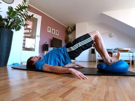 Hintere Oberschenkel trainieren mit dem Beckenlift auf einem Dynair Ballkissen