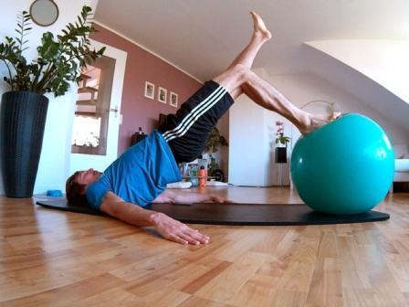 Hintere Oberschenkel & Po trainieren mit dem Beckenlift auf einem Medizinball