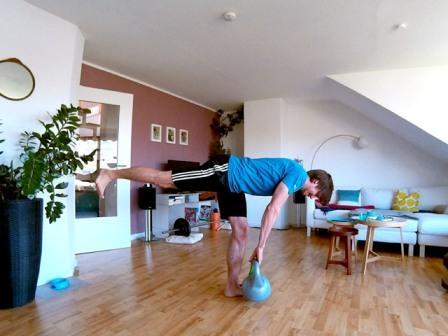 Hintere Oberschenkel trainieren mit Einbeiniges Kreuzheben mit einer 16 Kg Vinyl Kettlebell