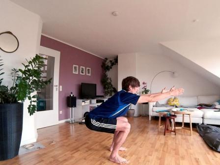 Kurze Rückenschule - Kniebeuge mit geradem Rücken