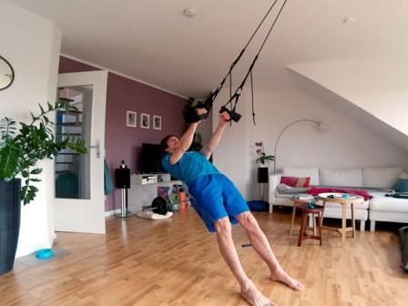Oberkörpertraining mit einem Schlingentrainer