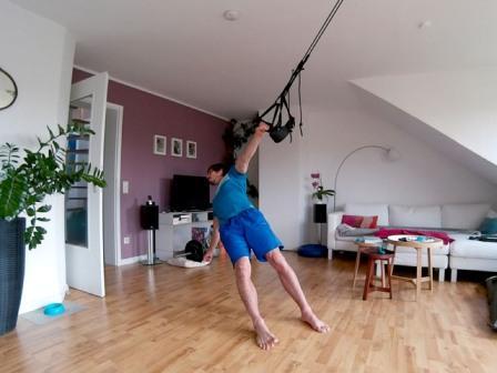 Oberkörpertraining ohne Geräte - einarmig Rudern mit Sling Trainer