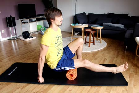 Faszien Workout mit Blackroll - Beinrückseite ausrollen 1