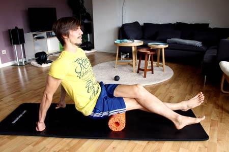 Faszien Workout mit Blackroll - Beinrückseite ausrollen 2