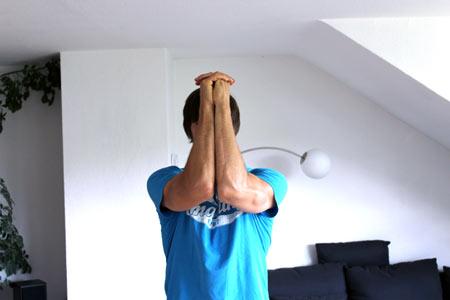 Hände verankern und Ellenbogen gegeneinander drücken