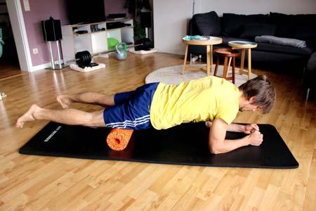 Faszientraining mit Blackroll - vordere Oberschenkel ausrollen - ein Bein